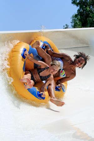niños jugando en el parque: Faliraki, Rodas, Grecia 26,2015-Agosto: Mama e hija en coche con el tubo en la diapositiva en balsa en el tobogán de agua park.Rafting es uno de los muchos juegos populares para niños y adultos en park.Water parque acuático está situado en Faliraki en el isla de Rodas en Gr