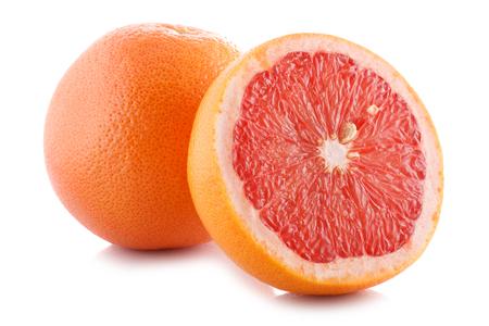 白い背景の上の新鮮なグレープ フルーツの半分