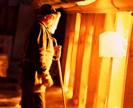 oxidated: trabajador cerca de la apariencia de chimenea caliente al metal