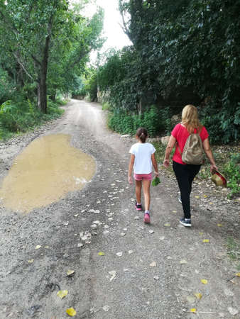 Mother and daughter walking along the Palancia River Stockfoto