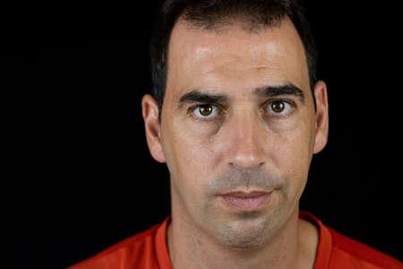 Porträt eines Mannes auf schwarzem Hintergrund
