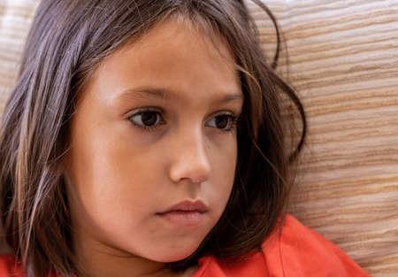 Portret dziewczynki o smutnym spojrzeniu