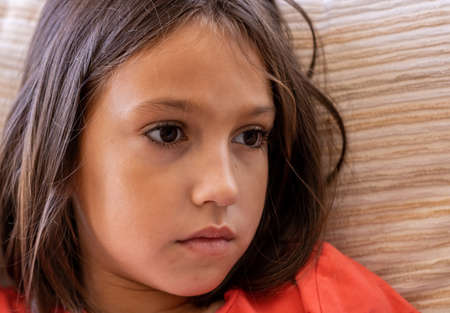 Retrato de niña con mirada triste