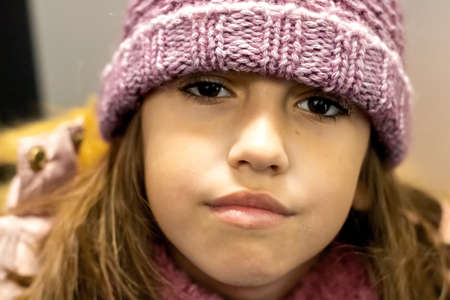 Little girl posing with a woolly hat Imagens