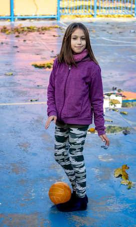 Little girl posing in the village park Stockfoto - 136663775