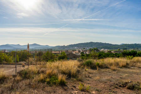 View of the mountain town of Algimia de Alfara with the mountains in the background. Nature concept Stockfoto