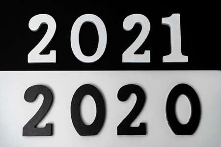 Conceptual image of the transition from a black 2020 to a 2021 depicted in white with the hope that it will be a good year. Hope concept Stockfoto