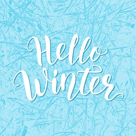 Hallo Winter. Handbeschriftungszitatlogo mit gefrorener Textur. Pinselkalligraphie. Kalligraphisches Design für Einladung, Grußkarte, T-Shirt, Drucke und Poster. Vektorillustration. Blaue Farbe.