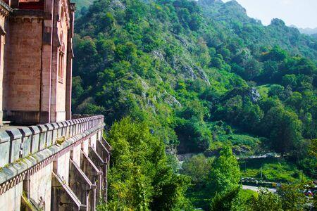 Lato della Basilica di Covadonga in una collina, con il verde della foresta sullo sfondo, a Cangas de Onis, Asturie, Spagna