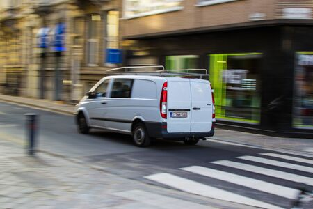 Gante, Bélgica; 31/10/2018: Fotografía con efecto panorámico de un furgo blanco por una calle de la ciudad Foto de archivo