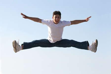 ni�o saltando: El saltar del muchacho Foto de archivo