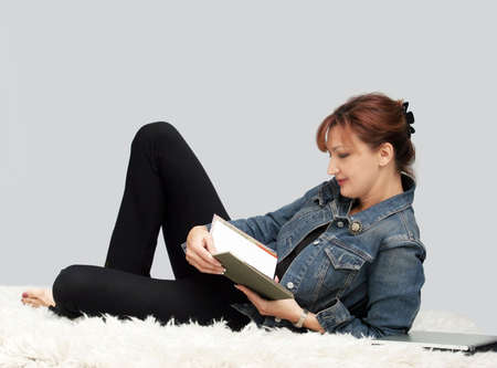 Casual woman relaxing on the floor Imagens