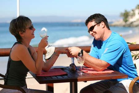 Happy paar op een strand cafe Stockfoto