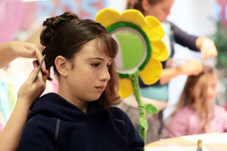 A girl getting her hair done 版權商用圖片