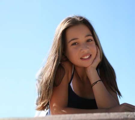 mulato: Muchacha adolescente asi�tica contra el cielo
