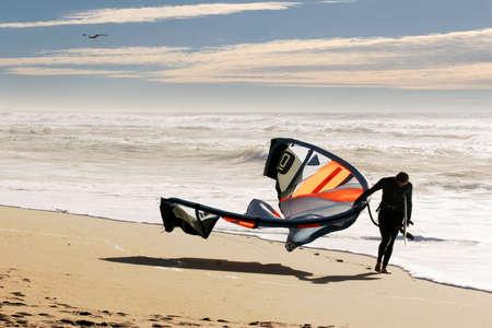kitesurfen: Kite surfer op het strand van Santa Cruz, California