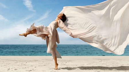 Happy Frau mit einem Tuch auf dem Strand  Standard-Bild - 326312