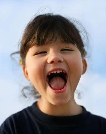 ni�a gritando: Peque�a muchacha feliz que grita
