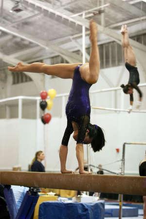 akrobatik: Turnerin im Wettbewerb bei Fernlicht