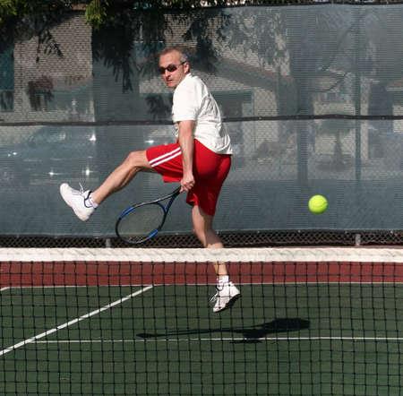 jugando tenis: Hombre de mediana jugar al tenis