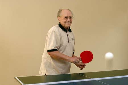 ping pong: Abuelo jugando al ping pong