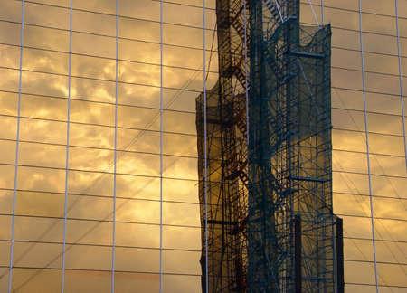 edificio corporativo: Reflejo de la estructura industrial en un edificio corporativo
