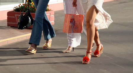 buying shoes: Tres ni�as de ir de compras