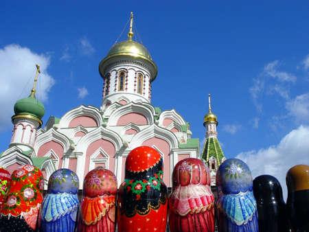 matryoshkas: L�nea de Matryoshkas (Rusia anidaci�n mu�eca) y una iglesia en la Plaza Roja