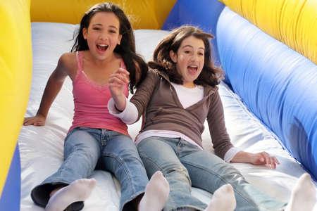 chicas divirtiendose: Muchachas que tienen diversi�n