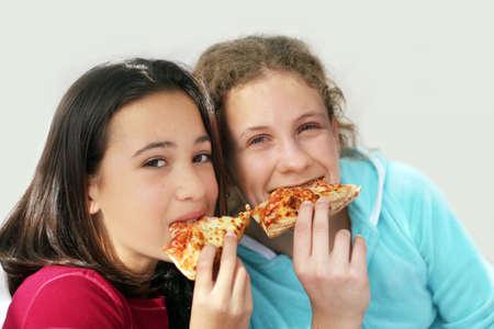 masticar: Dos ni�as de comer pizza