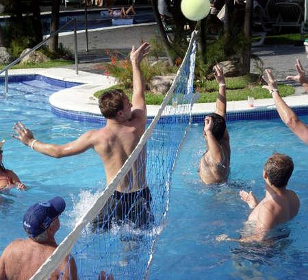 waterpolo: Personas jugar polo acu�tico en una piscina