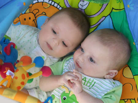 Dos hermanos gemelos de los muchachos del bebé que juegan junto