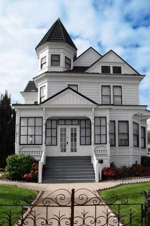 Prachtige Victoriaanse wit huis met een grasveld voor Stockfoto