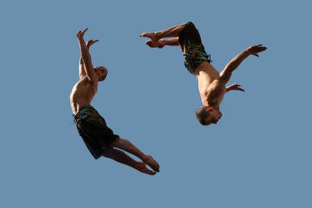 caida libre: Una imagen de dos j�venes que enarbolan los hombres atl�ticos