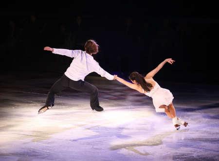 プロのフィギュア スケート選手が氷ショーの星を実行します。