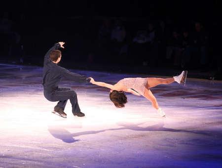 patinaje: Profesionales del hombre y la mujer figura en el desempe�o de patinadores sobre hielo Estrellas mostrar