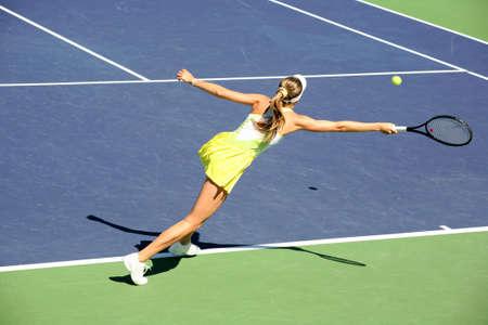jugando tenis: Mujer jugar al tenis en el torneo profesional  Foto de archivo