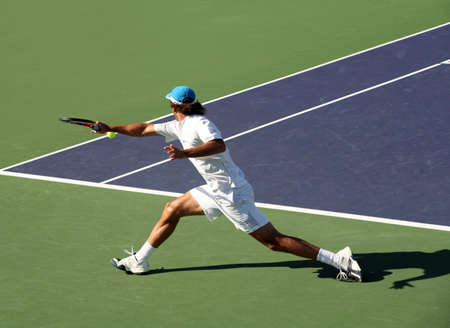 jugando tenis: Joven jugar al tenis