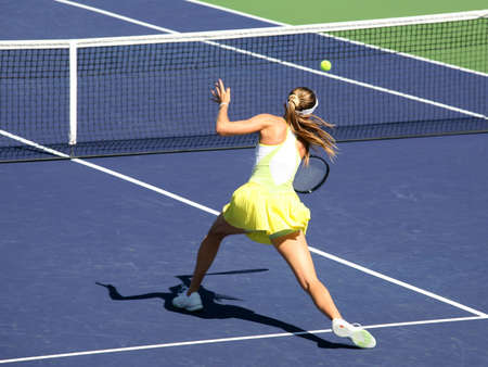 Woman playing tennis at the professional tournament Stockfoto