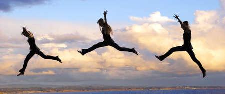 personas saltando: Muliple disparos de una mujer del Salto a la puesta del sol
