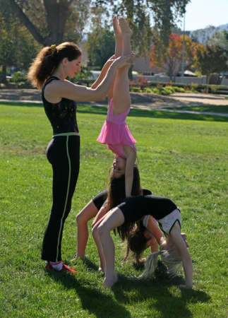 Coach and her gymnasts in the park Stockfoto