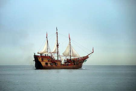 barco pirata: Viejo barco de vela en el oc�ano