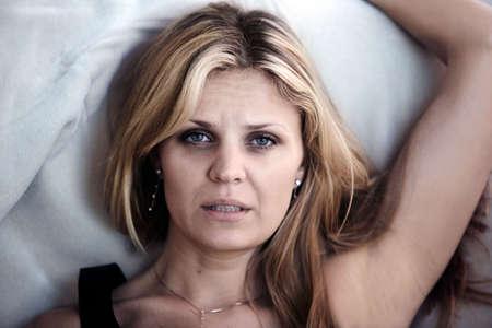 insomnio: Mujer en el dolor que tienen problemas para dormir