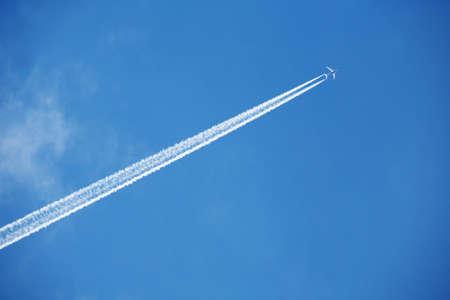 An airplane trail across the sky Stockfoto