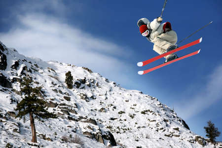 ski�r: Een jonge man springen hoog op Lake Tahoe resort