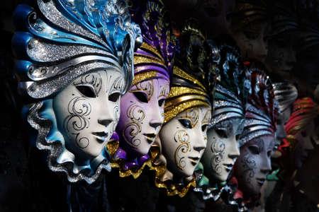 Rij van Venetiaanse maskers in goud en blauw Stockfoto - 3648118