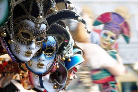 Rij van Venetiaanse maskers in goud en blauw Stockfoto