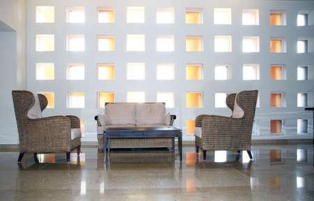 Moderne interiorwith een sofa, koffietafel en stoelen Stockfoto - 3954337