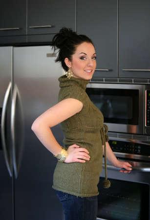 microondas: Joven mujer de pie en su cocina
