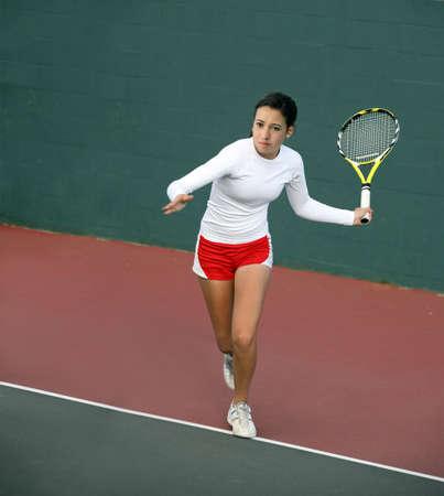 jugando tenis: Una bonita asi�tica adolescente jugar al tenis